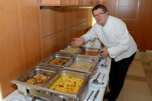 Küchenchef Max Kluchler bei der Präsentation seines Klimaschutzmenüs_(c) Krankenhaus der Barmherzigen Brüder